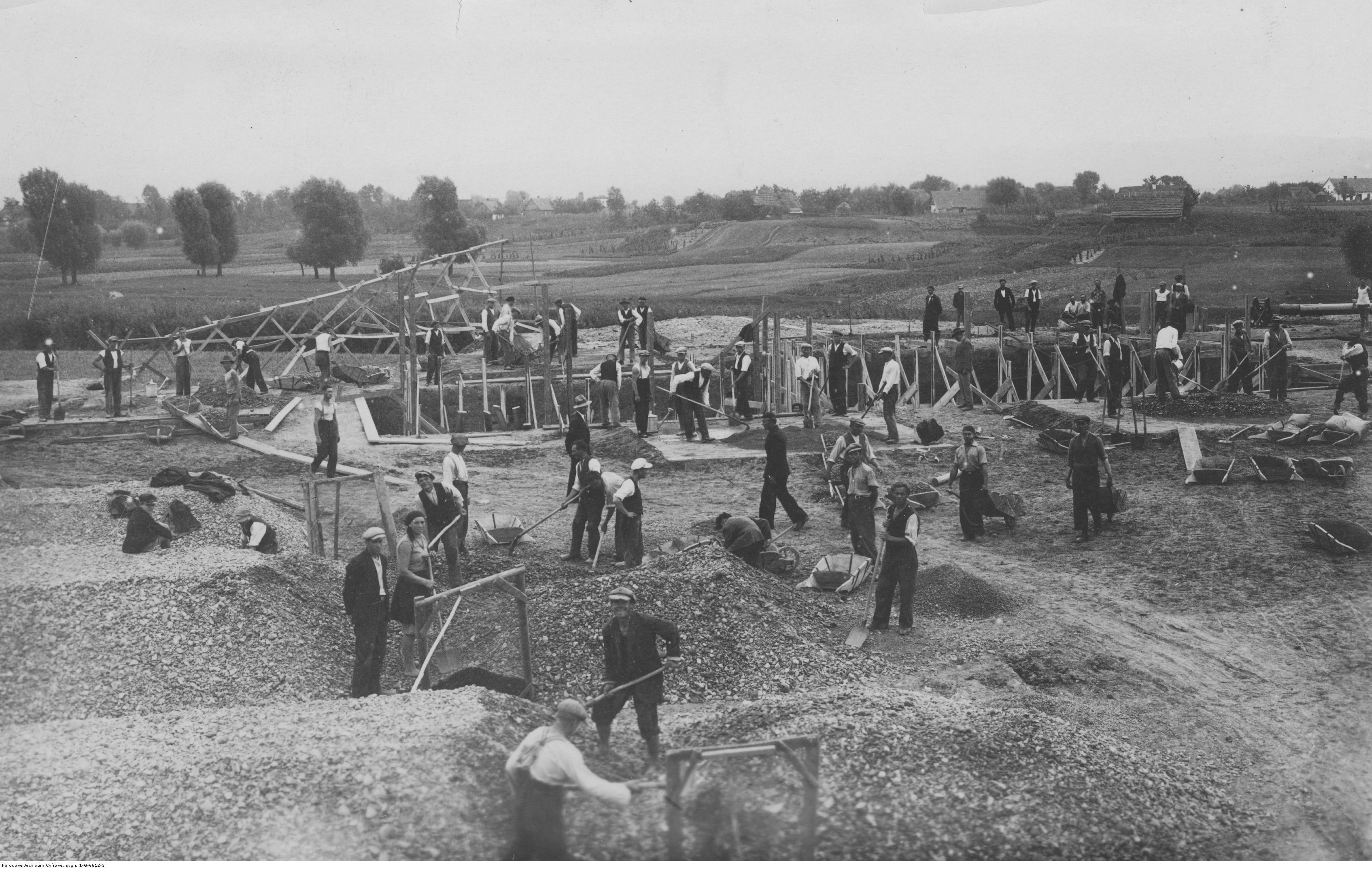 Budowa wodociągu w Rzeszowie. Robotnicy przy pracach ziemnych. 1933-09
