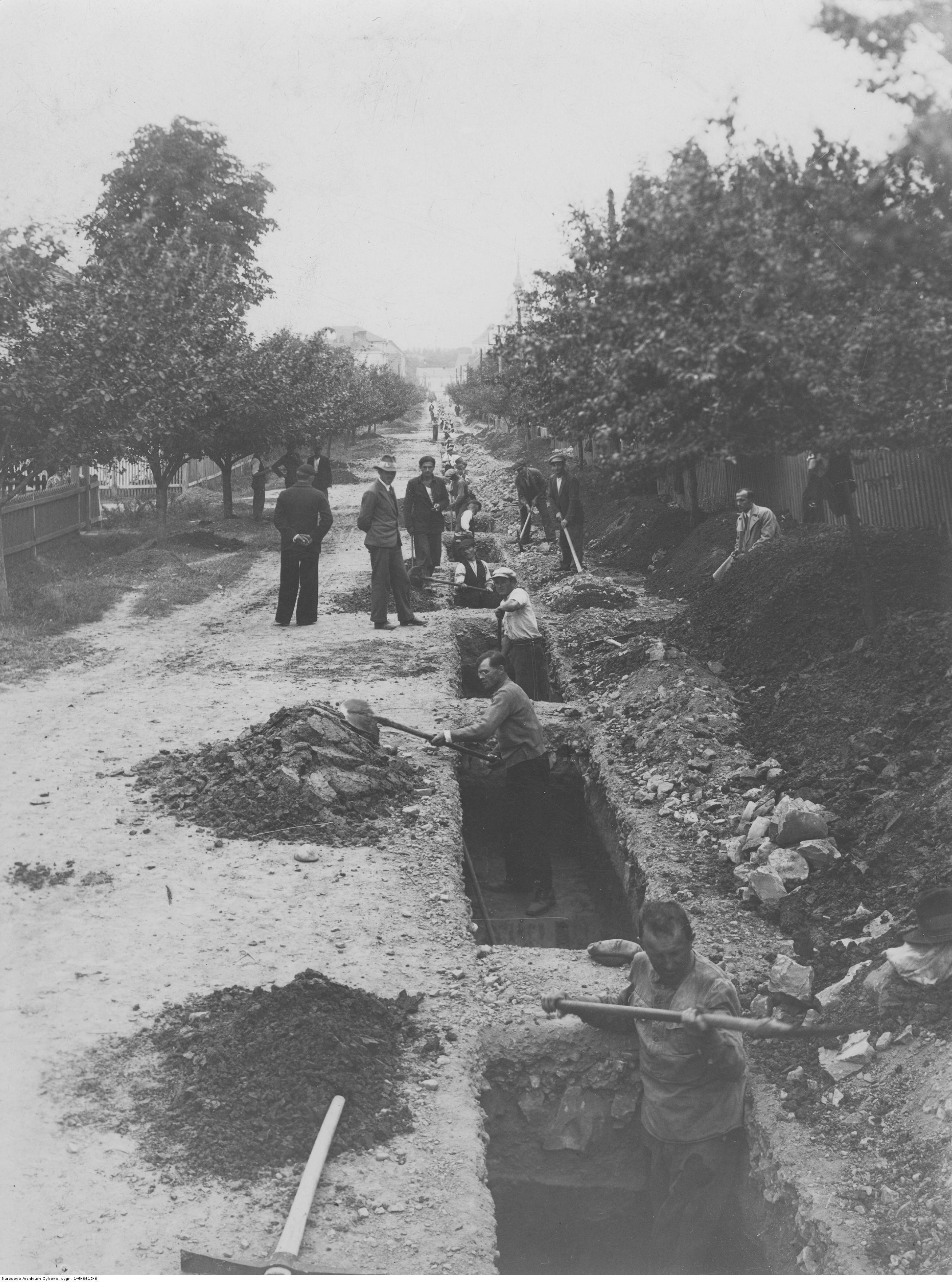 Budowa wodociągu w Rzeszowie. Układanie rur na ul. Hetmańskiej, rok 1933-09