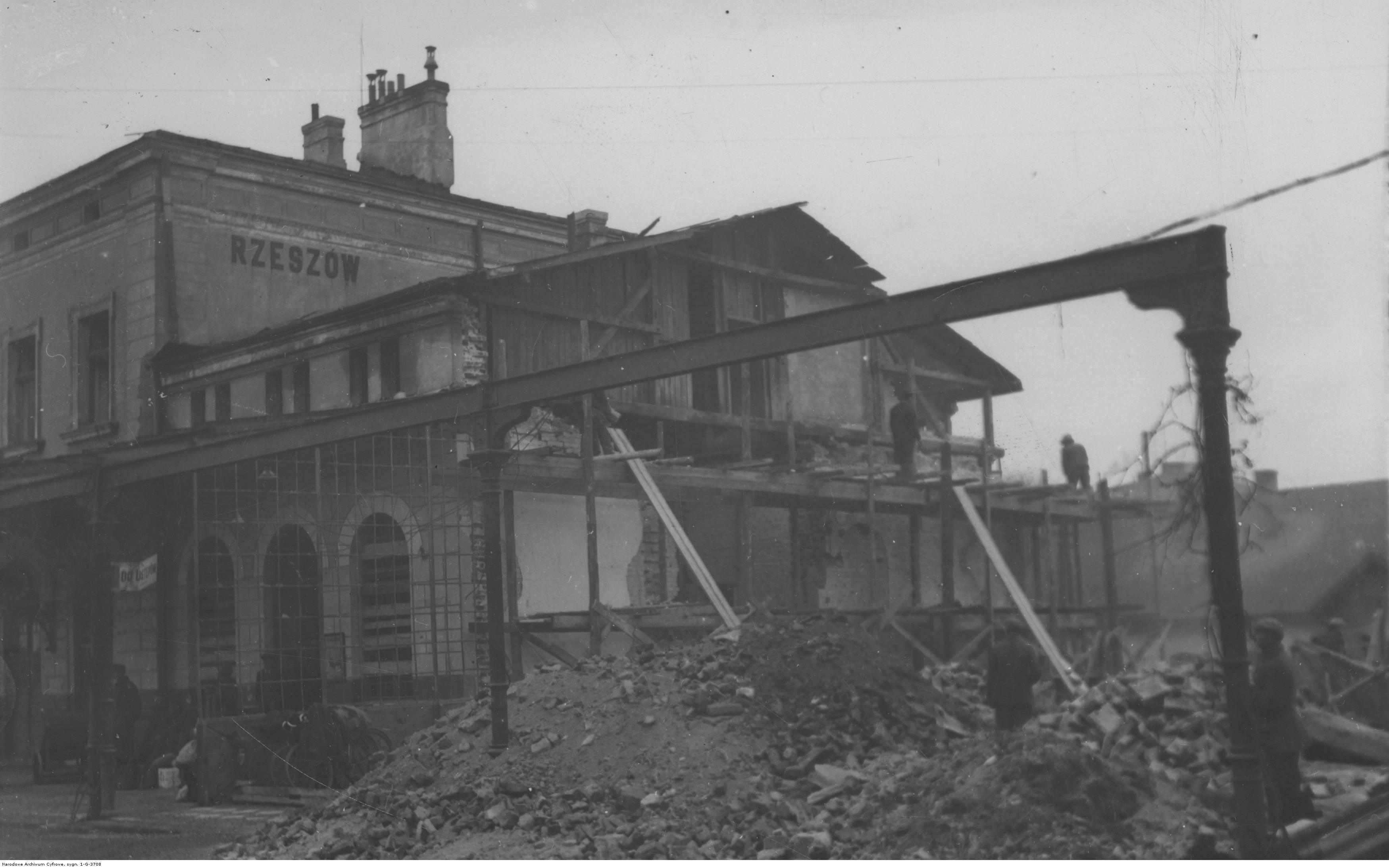 Dworzec Kolejowy w Rzeszowie. Budynek dworca częściowo zniszczony podczas pierwszej wojny światowej, rok 1914-1918