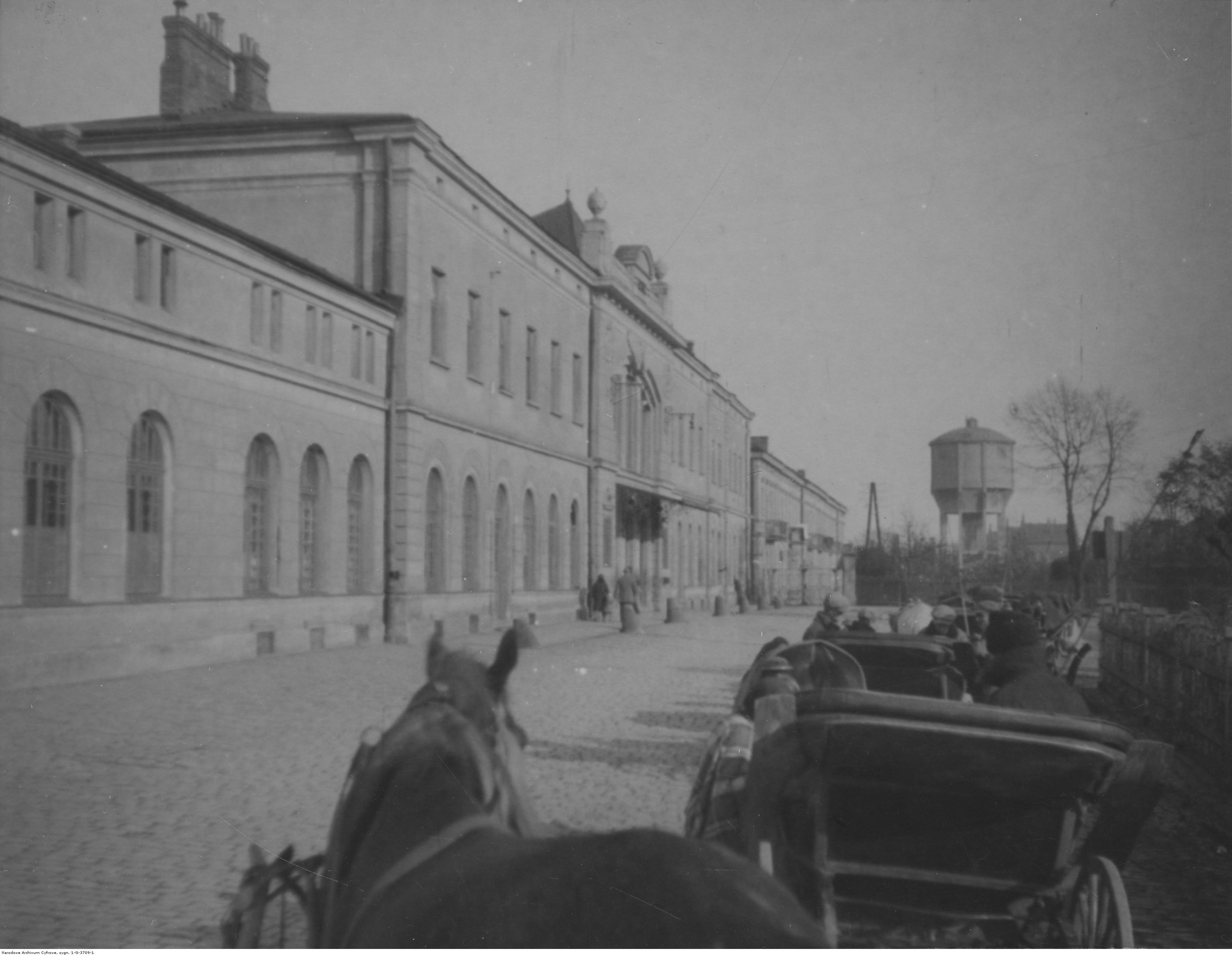 Dworzec kolejowy w Rzeszowie - widok od strony ulicy, rok 1932