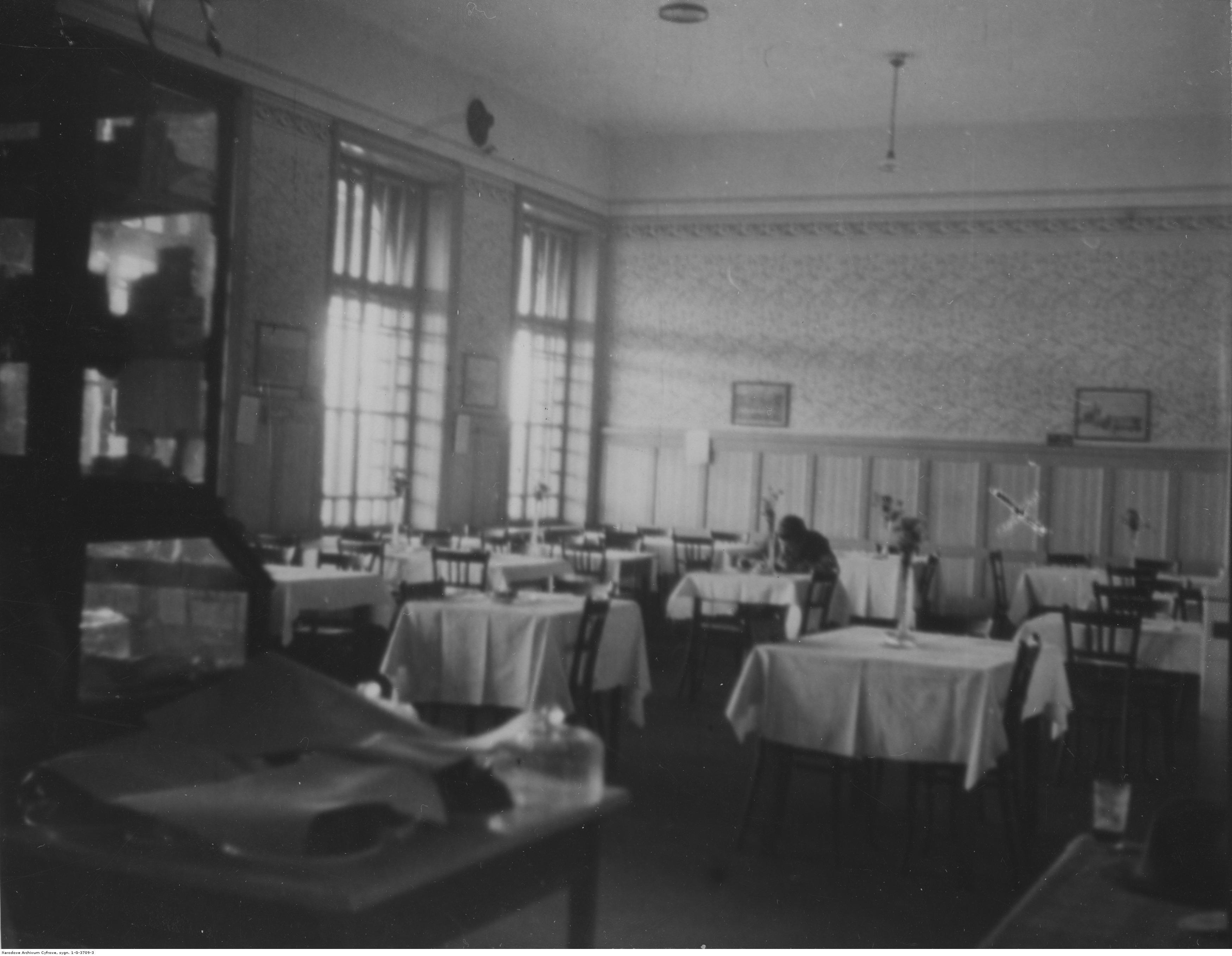 Dworzec kolejowy w Rzeszowie. Fragment restauracji dworcowej, rok 1932