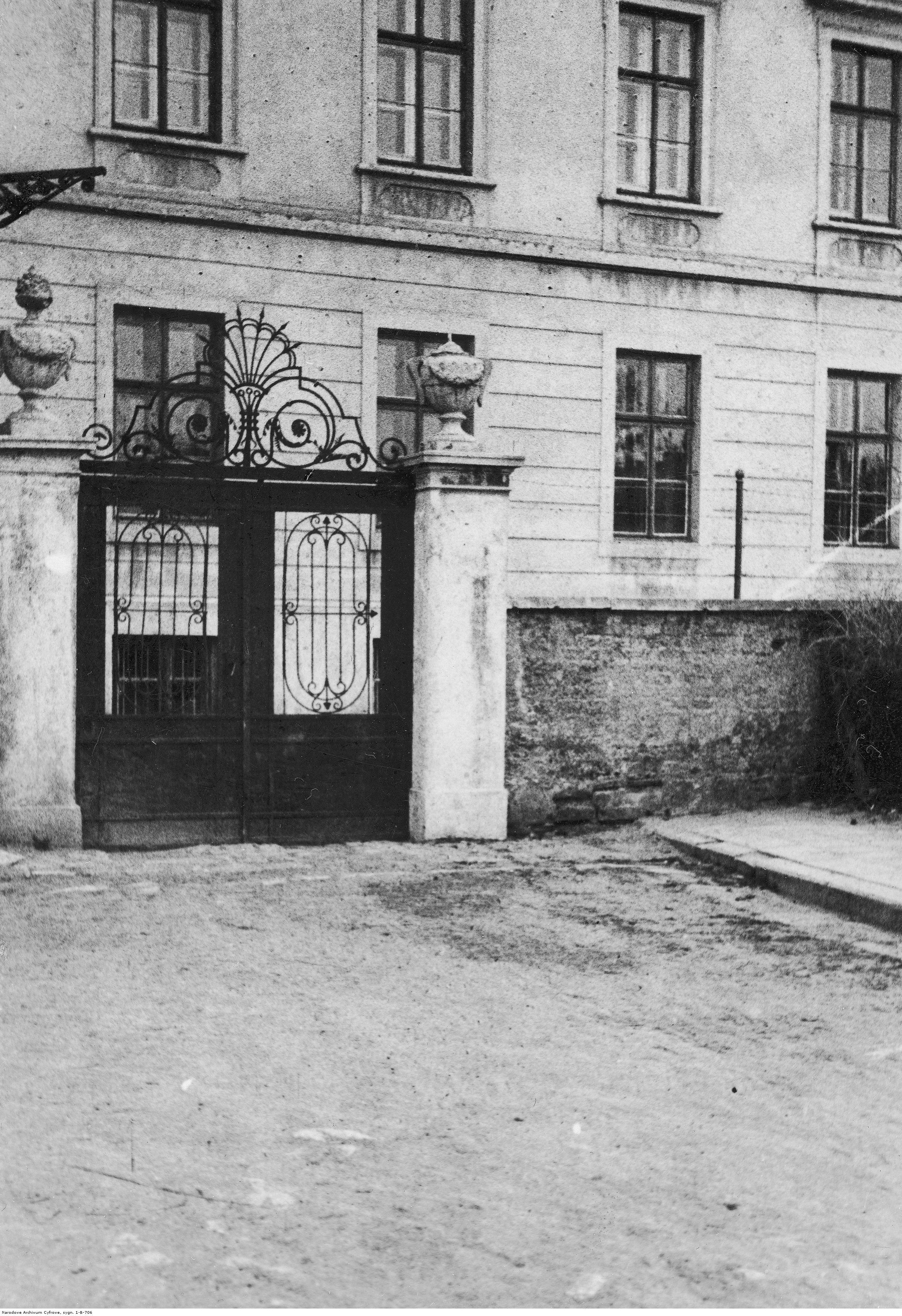 Fragment budynku więzienia w Rzeszowie z bramą wejściową, rok 1935-01