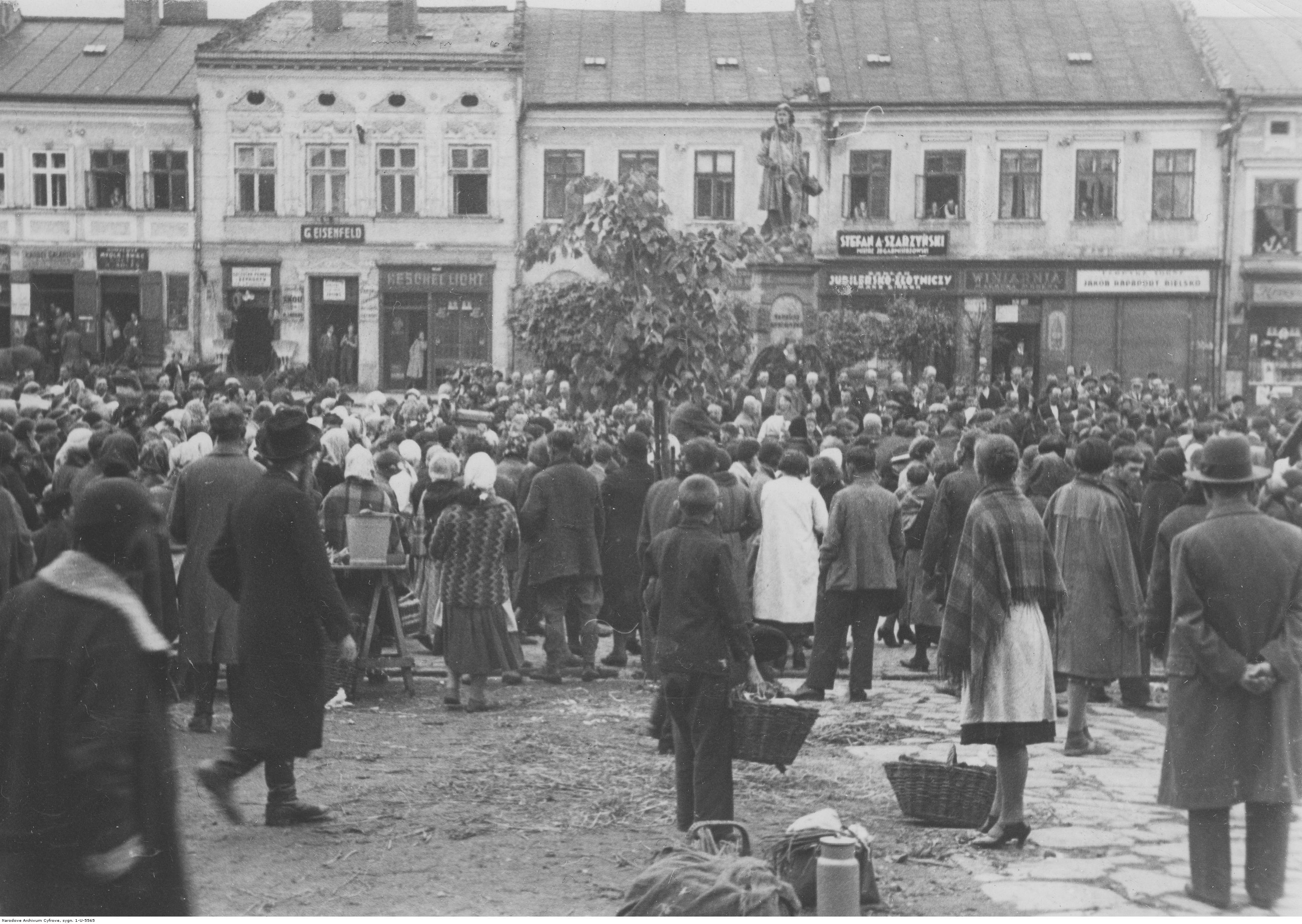 Handlujący pod pomnikiem Tadeusza Kościuszki w Rzeszowie, rok 1918 - 1939