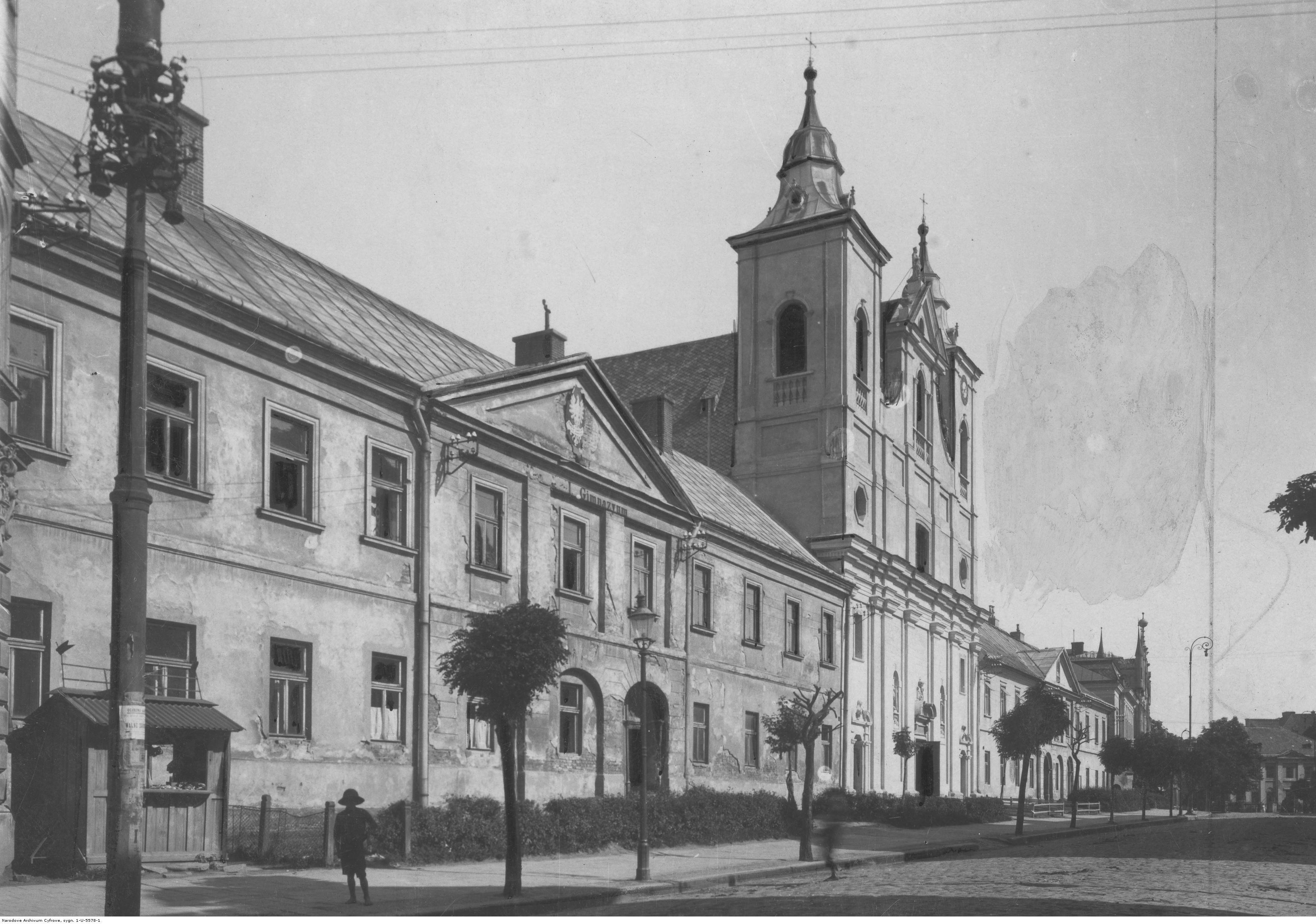 Kościół i klasztor Pijarów w Rzeszowie. Widok fasady frontowej kościoła i Państwowego Gimnazjum nr 1 im. Stanisława Konarskiego, rok 1918-1939