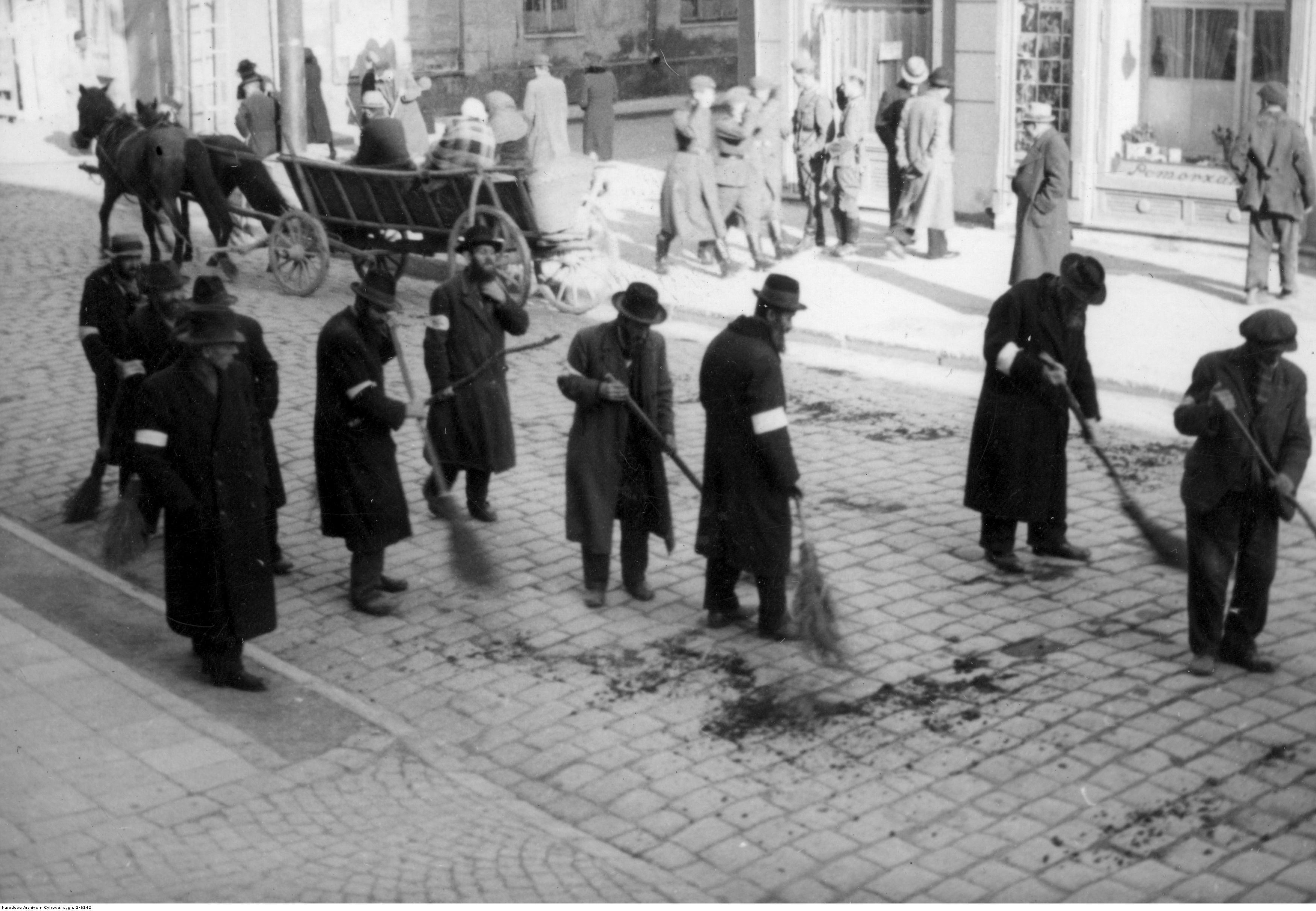 Ludność żydowska zamiata ulicę w Rzeszowie, rok 1939-45