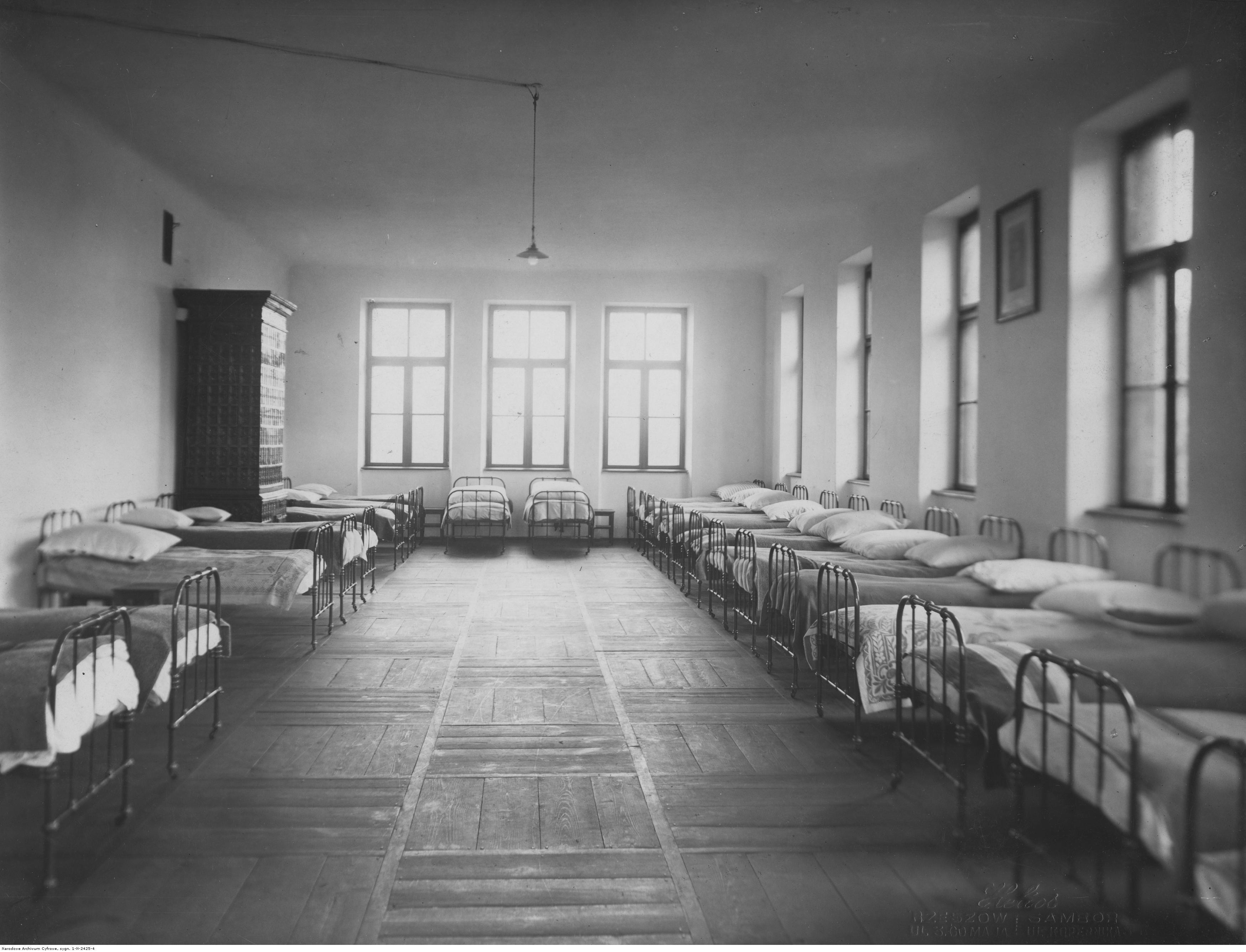 Państwowe Seminarium Nauczycielskie im. Stanisława Staszica w Rzeszowie - sypialnia w internacie, rok 1936