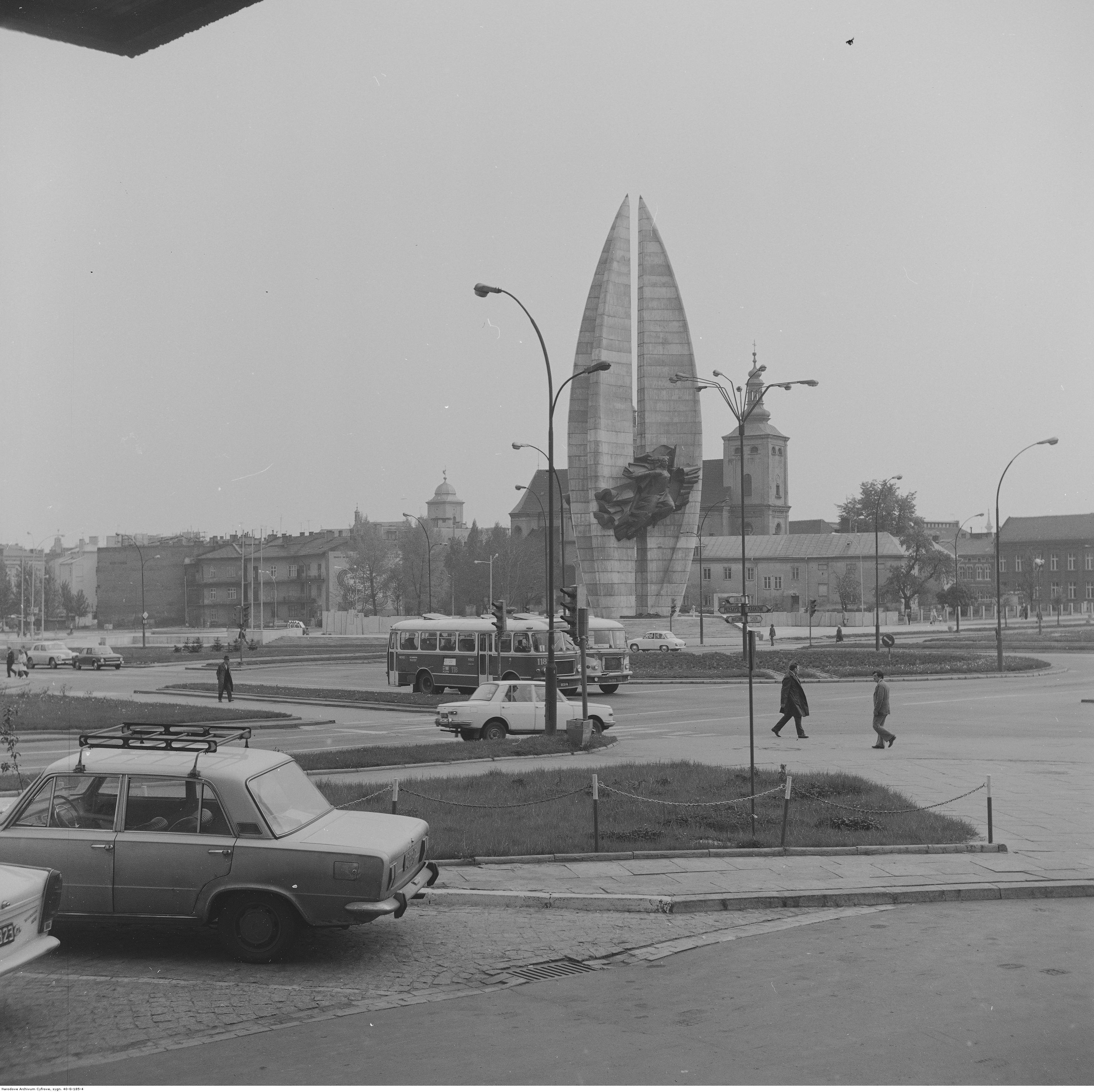 Pomnik Czynu Rewolucyjnego w Rzeszowie (w oddali). Widoczne także samochody Fiat 125 p (z lewej) i Wartburg 353 (za słupem). Widoczne także autobusy San H100B i San H100A, rok 1974-05-12