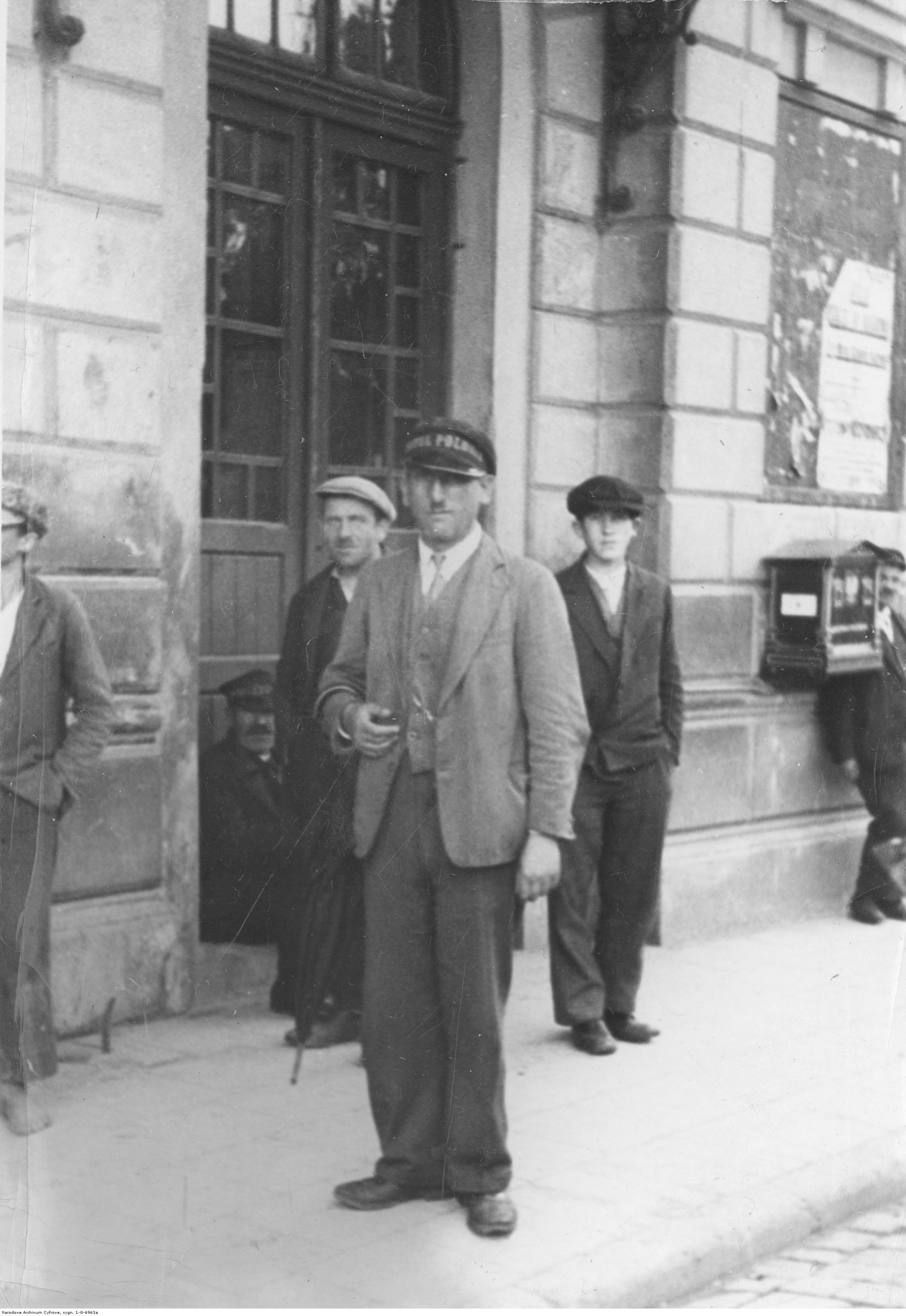 Portier hotelu Polonia przed dworcem w Rzeszowie. Na budynku skrzynka pocztowa, rok 1933