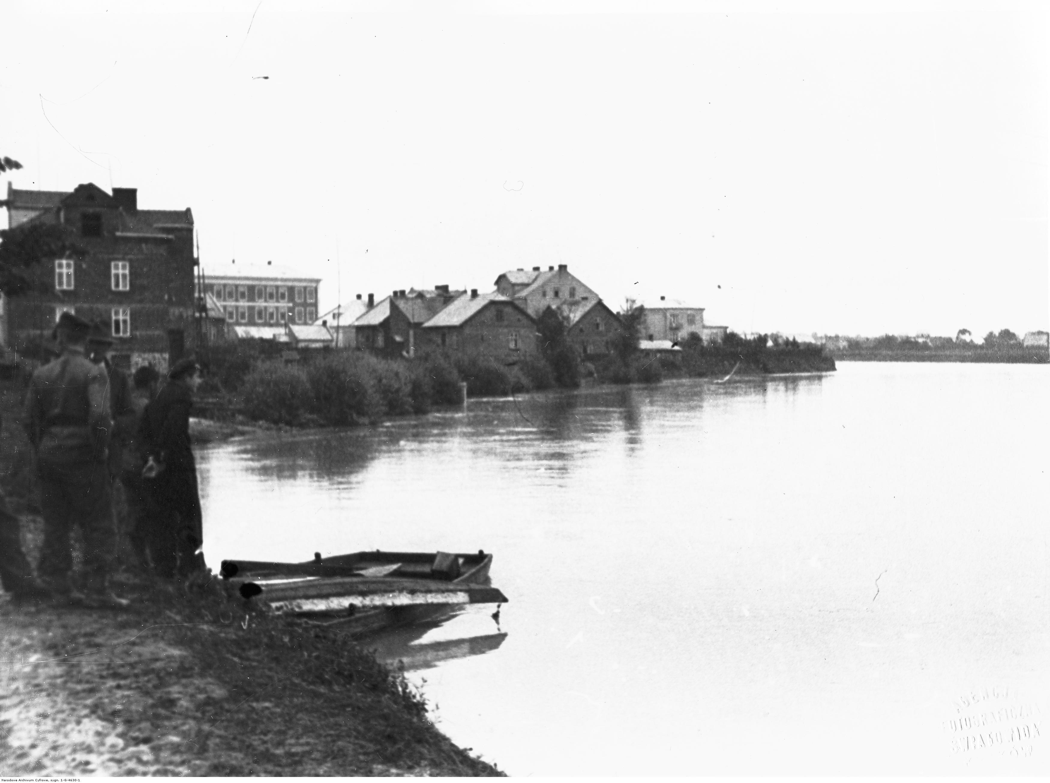 Powódź w Rzeszowie. Grupa mężczyzn nad brzegiem Wisłoka, rok 1934-07