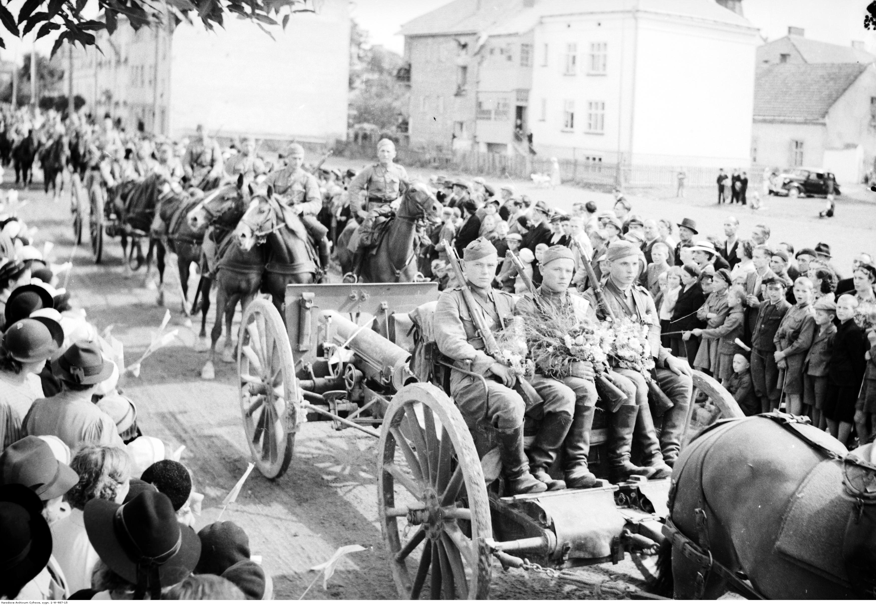 Powrót wojska po manewrach do Rzeszowa. Powitanie wojska wracającego z manewrów. Widoczny zaprzęg artyleryjski - armata polowa 75 mm wz. 1897 Schneider wraz z przodkiem i obsługą, rok 1938-09