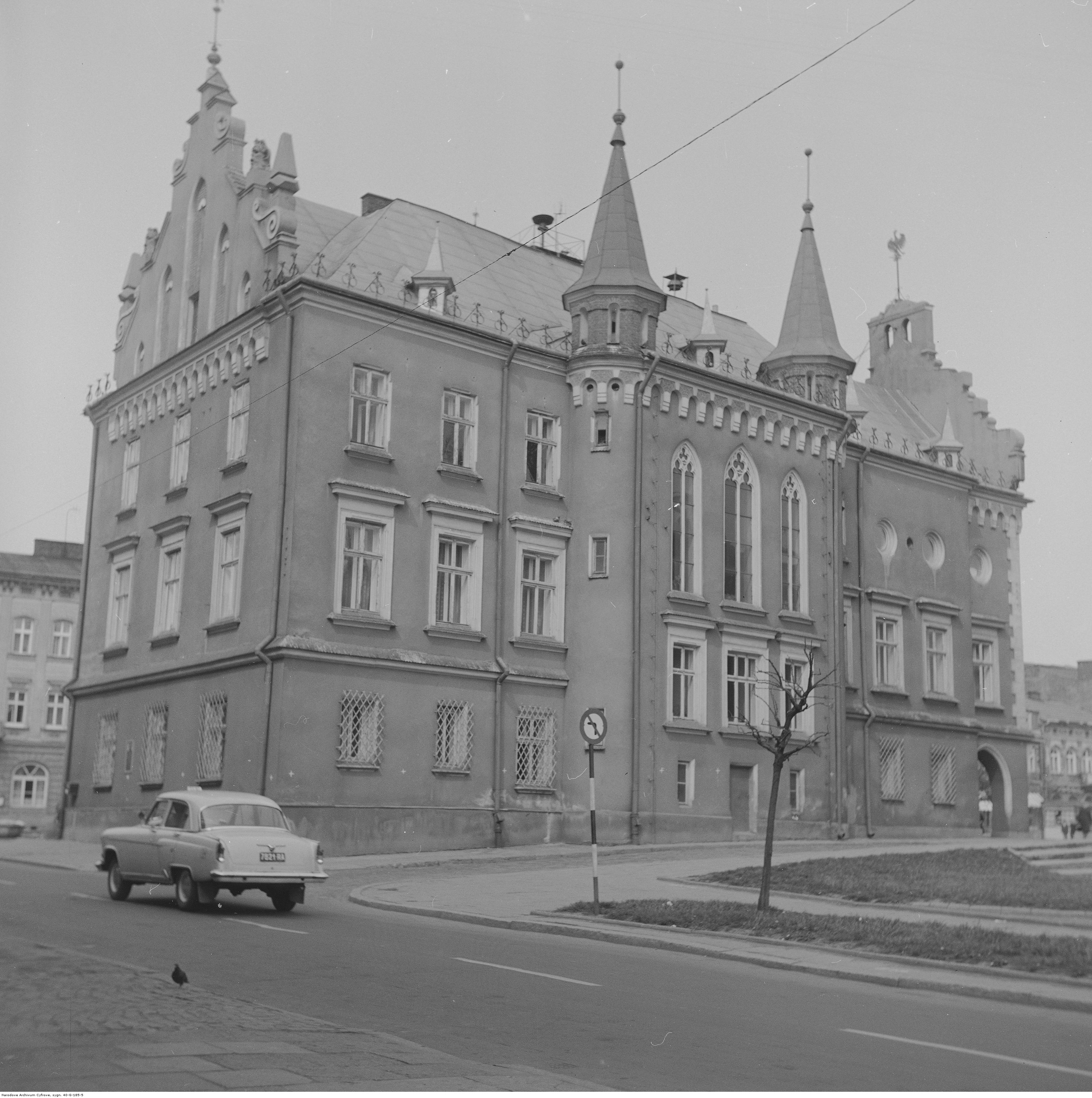 Ratusz na Rynku w Rzeszowie. Na ulicy taksówka marki GAZ-21 Wołga, rok 1974-05-12