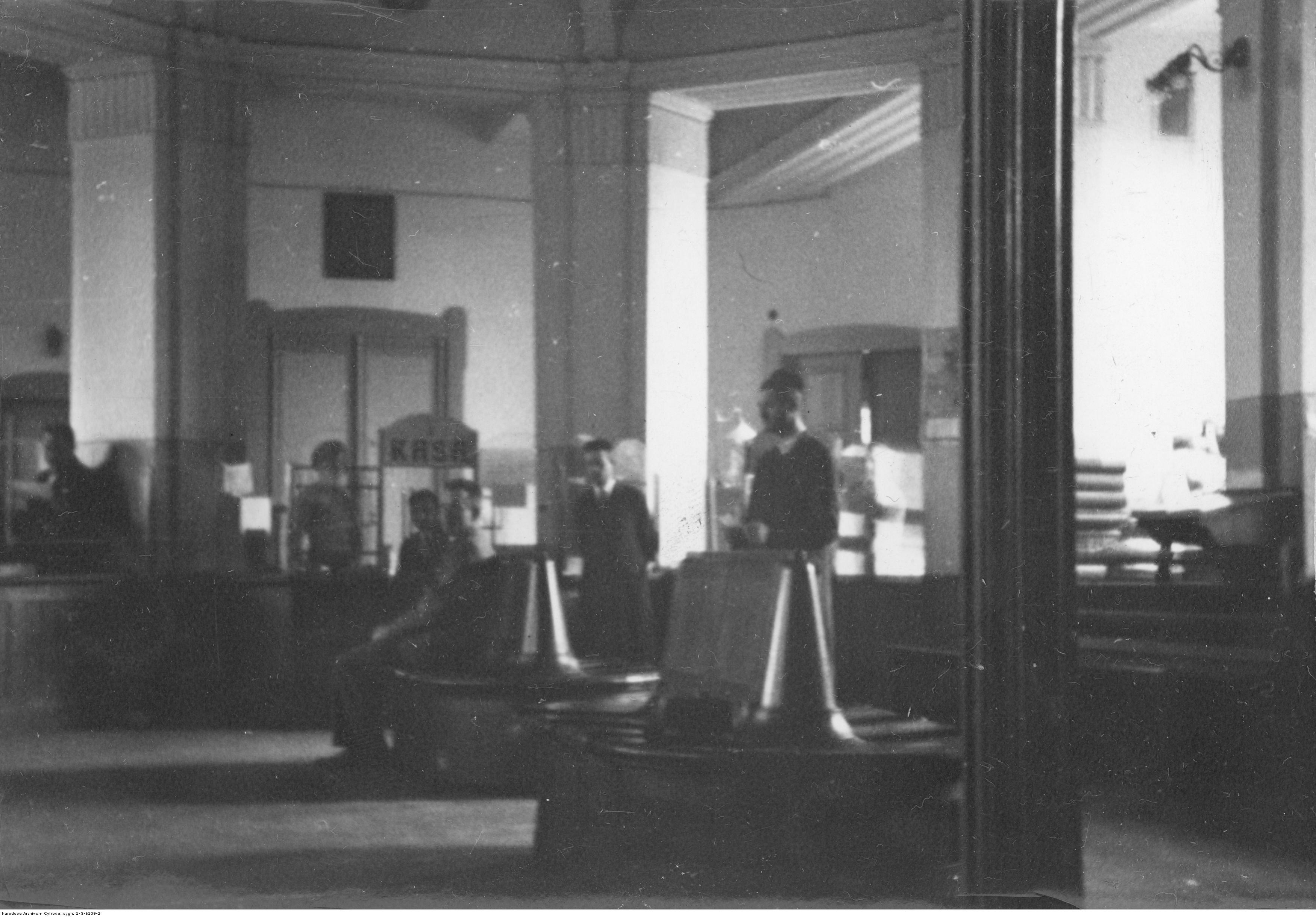 Sala przyjęć interesantów w Komunalnej Kasie Oszczędności w Rzeszowie, rok 1933