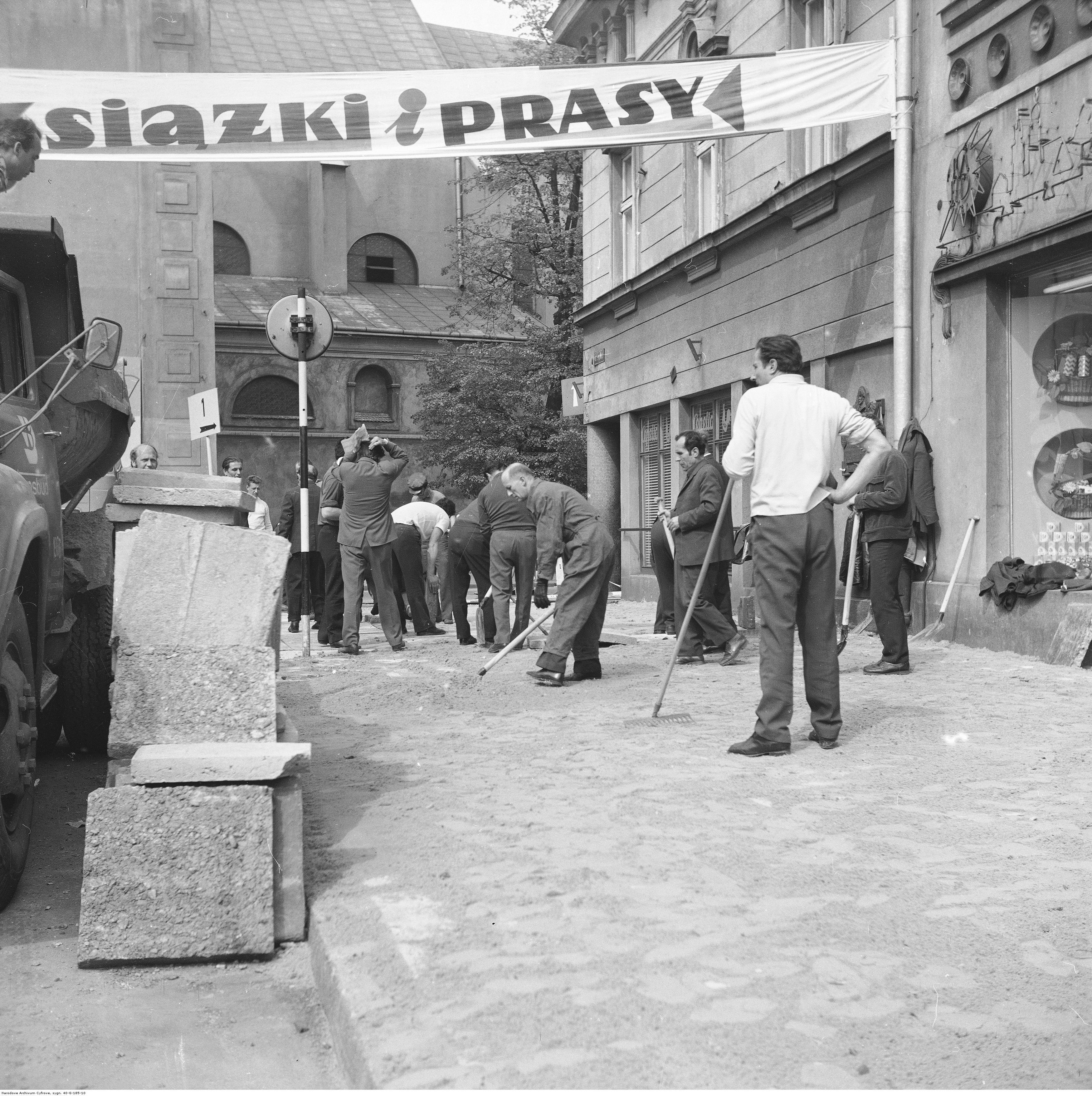 Rzeszów. Układanie chodnika w czynie społecznym, rok 1974-05-12
