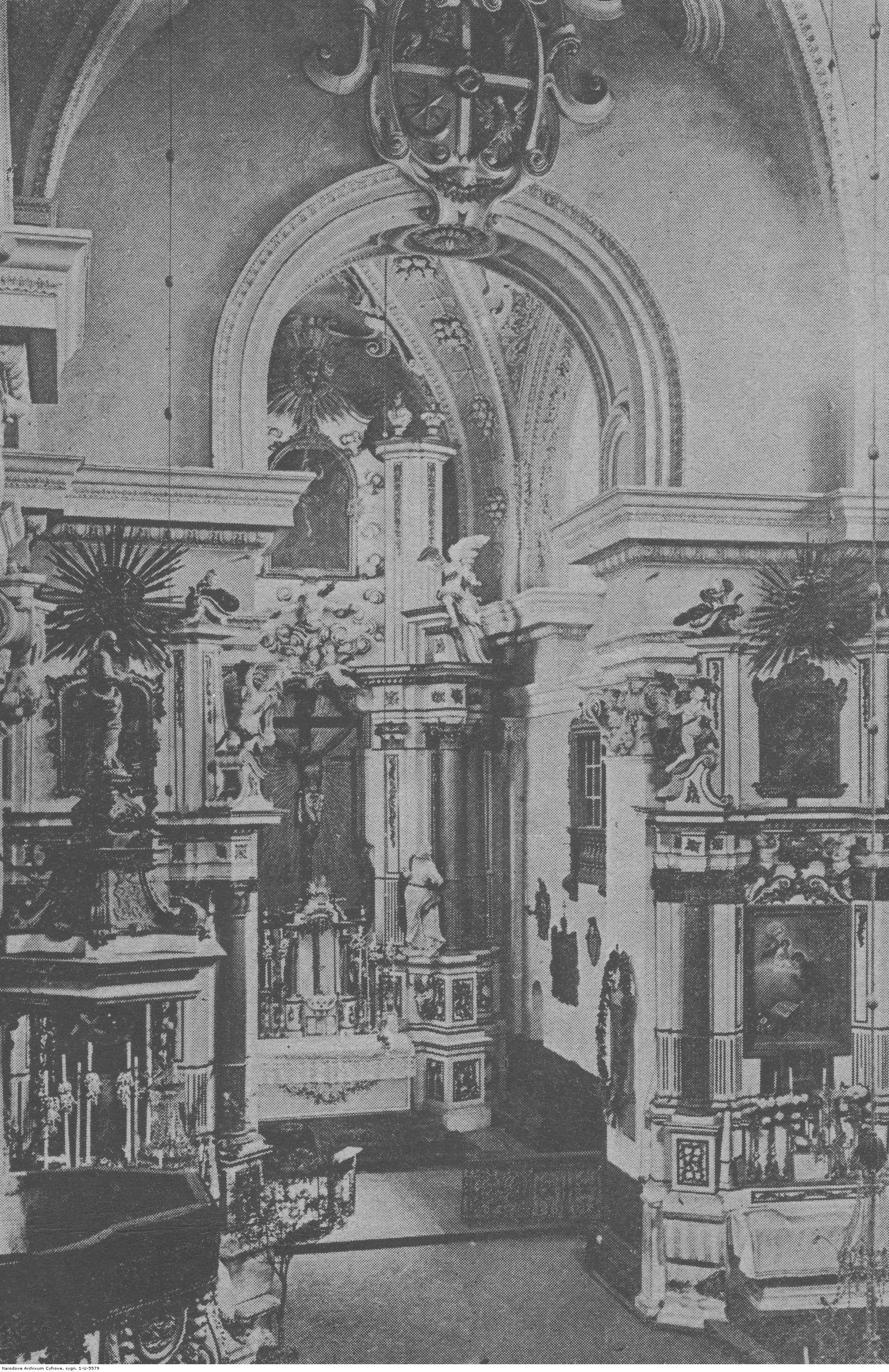 Wnętrze kościoła Pijarów w Rzeszowie. Ołtarz główny i ołtarz boczny św. Stanisława Kostki, rok 1918-1939