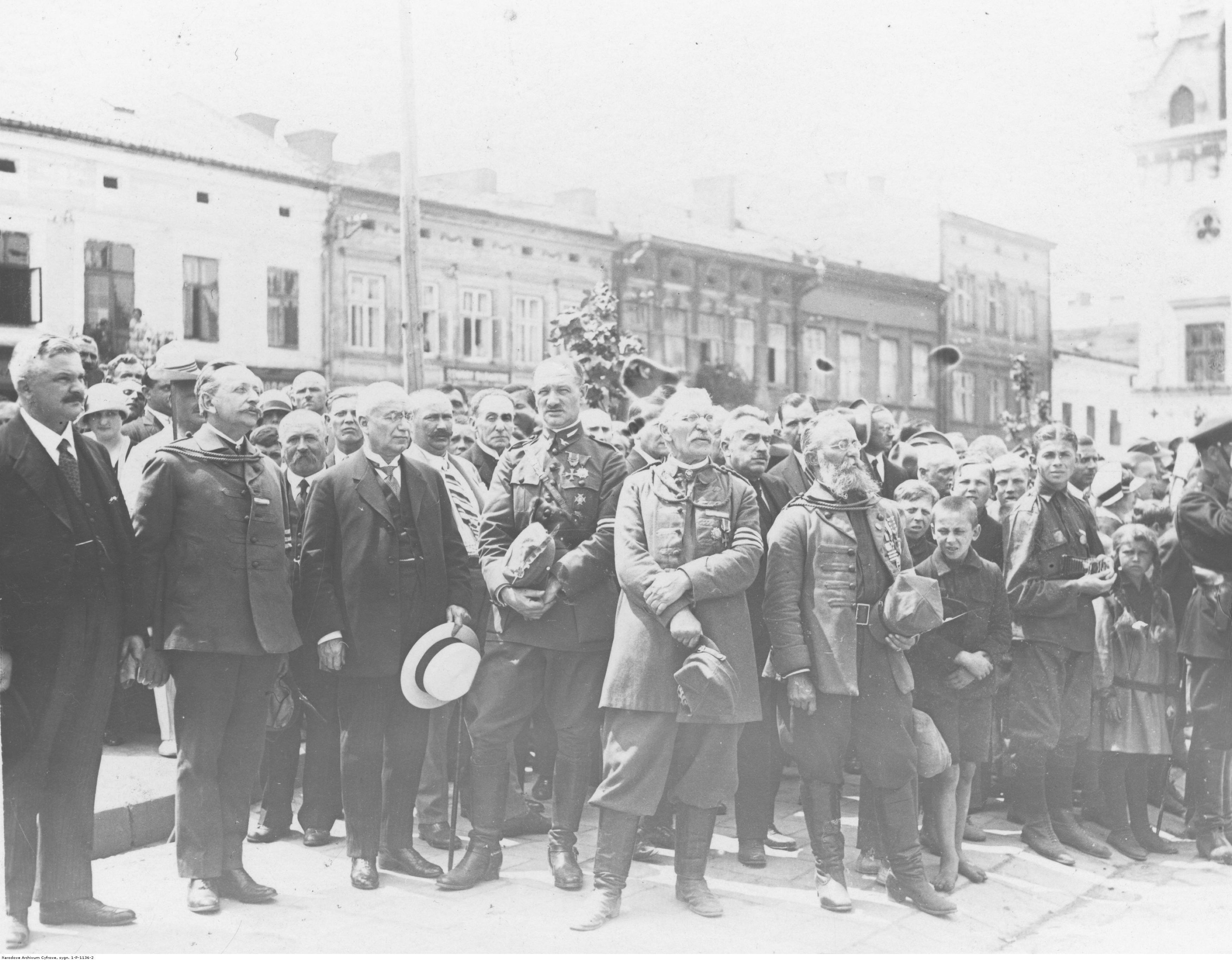 Zlot członków Towarzystwa Gimnastycznego Sokół. Działacze Towarzystwa Gimnastycznego Sokół i przedstawiciele władz miasta podczas uroczystości na Rynku, rok 1919-1939