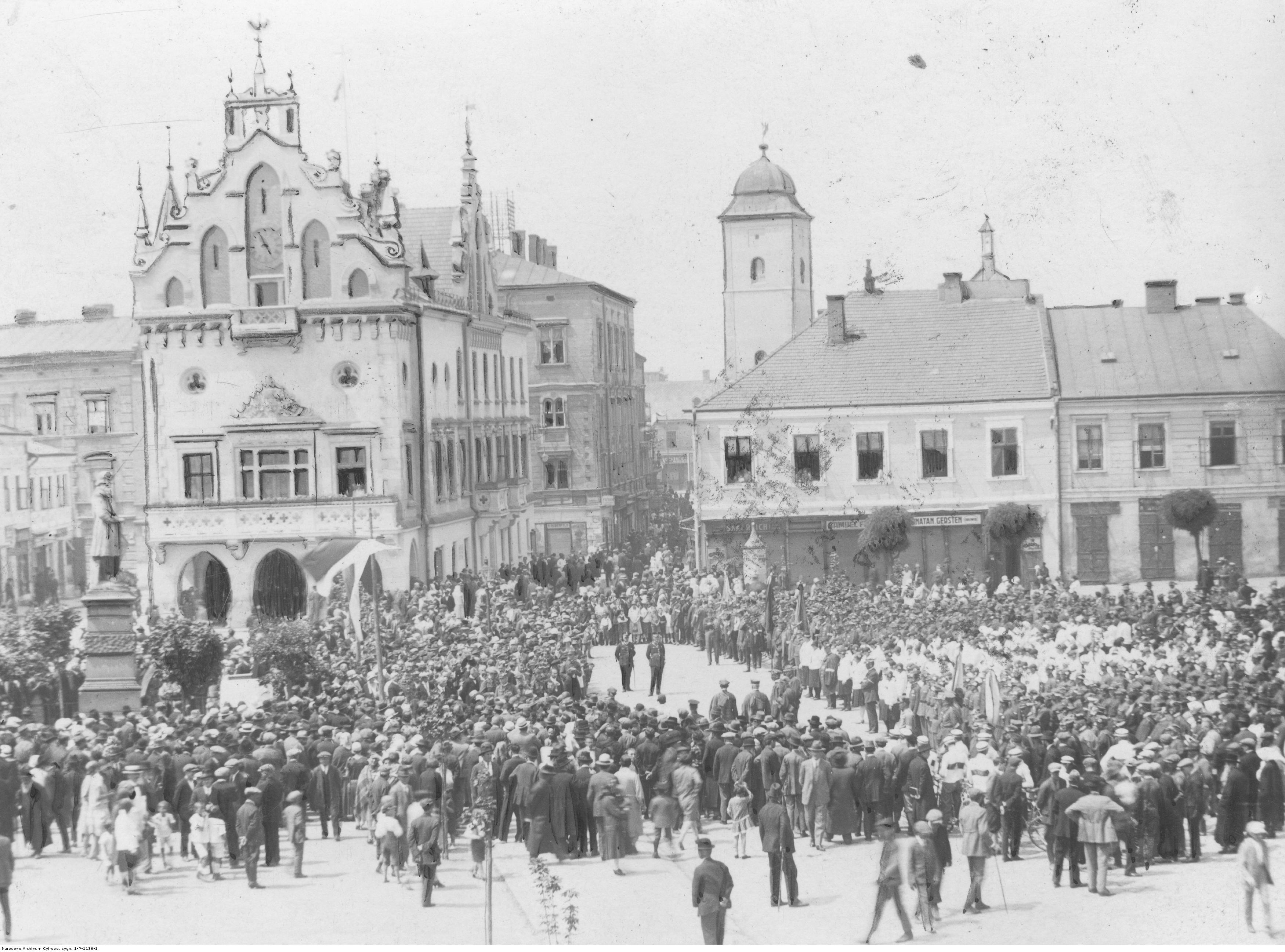 Zlot członków Towarzystwa Gimnastycznego Sokół. Widok ogólny na uczestników zlotu zgromadzonych na Rynku podczas składania wieńca pod pomnikiem Tadeusza Kościuszki, rok 1919-1939