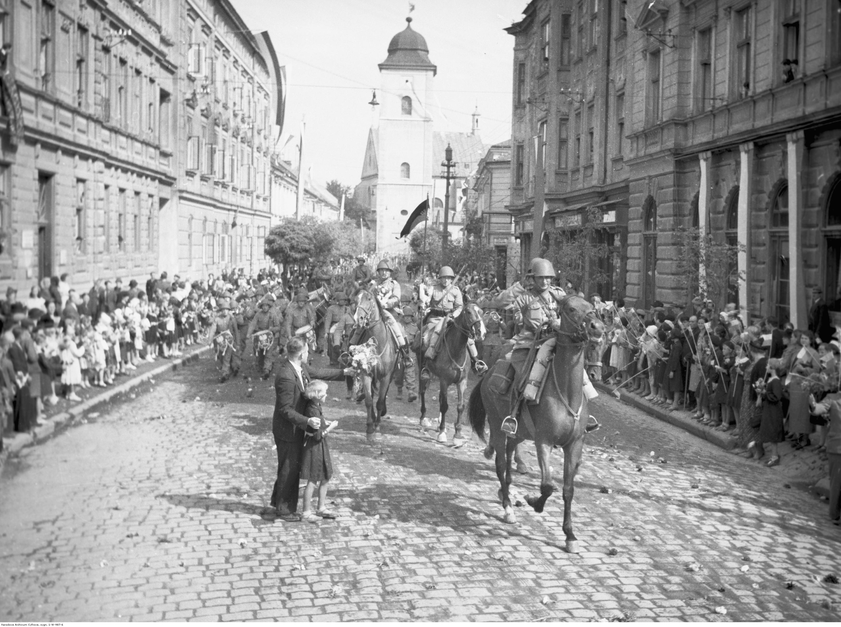 Powrót wojska po manewrach do Rzeszowa. Powitanie żołnierzy na jednej z ulic miasta, rok 1938-09